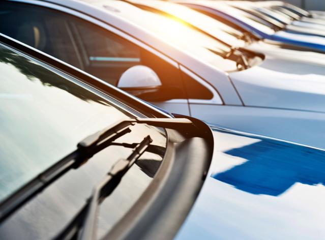 schräg parkende Autos mit Anisicht Windschutzscheibe und Motorhaube.