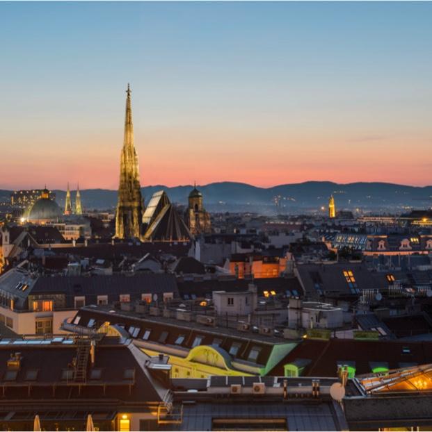 Wien mit Stephansdom im Sonnenuntergang