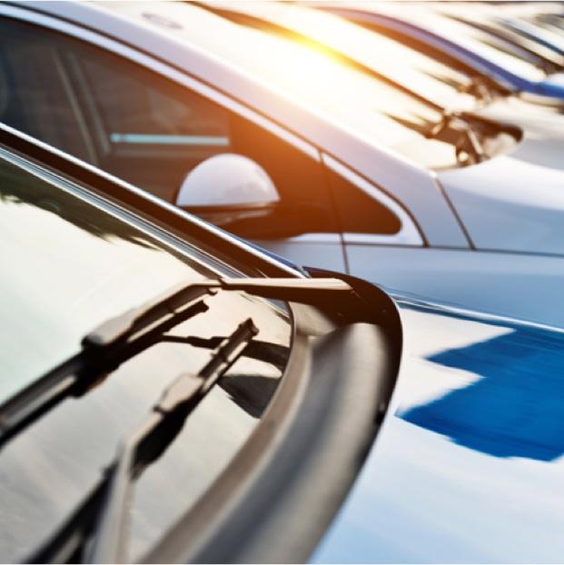 schräg parkende Autos mit Ansicht Windschutzscheibe und Motorhaube